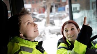 Malin Falk, lärare på Yrkesplugget i Bromma instruerar transporteleven Linnea Kjellström. Foto: Emanuel Hendal