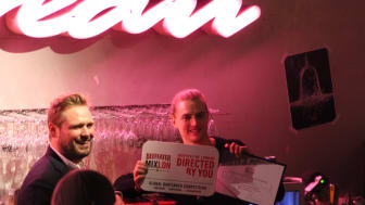 Emil Hed tar emot priset som segrare i Beefeater MIXLDN