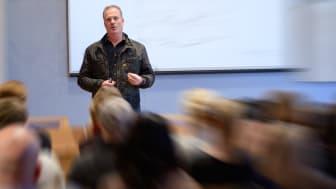 Affärscoach Jörgen Bond håller föredrag om ledarskap i Näringslivets hus i samband med Falu kommuns företagarvecka.
