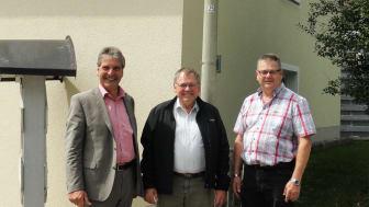 Freuen sich über eine Investition in den Klimaschutz: Zeilarns Bürgermeister Werner Lechl (M.) sowie Franz-Josef Bloier (l.) und Hans-Peter Bauer (r.) vom Bayernwerk.