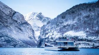 Nyt vinterlyset på eit fjordcruise på Nærøyfjorden