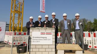 M. Kaller, Vorstand STRABAG AG, Dr. A. Tesche, Vorstand ZÜBLIN, Dr. T. Birtel, Vorsitzender des Vorstands der STRABAG SE, F. Molzbichler, MHM architects,  A. Baumann, STRABAG, und A. Iselborn, ZÜBLIN, legten den Grundstein für SIEGI.241