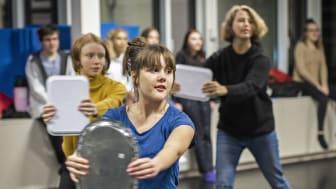 Kulturskolans musikalgrupp tränar på framträdandet som de har varit med och skapat från grunden.