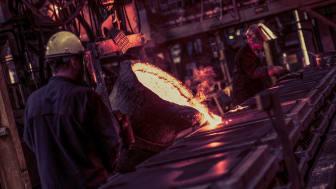 Påfyllning av stål i gjutformar i produktionen på AB Bruzaholms Bruk