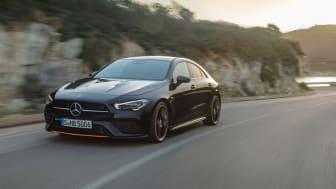 Mercedes-Benz CLA, Edition Orange Art, AMG Line, cosmos black. Med den intelligenta farthållaren Distronic  som nu även får information från både kartor, kameror och radar och anpassar automatiskt farten i och inför kurvor, avfarter och rondeller.