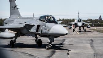 JAS 39 Gripen taxar in efter landning på Luleå flygplats under övningen ACE 17. Foto: Hampus Hagstedt/Försvarsmakten