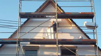 Eine energetische Sanierung eines Hauses kann von oben nach unten erfolgen