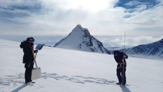 Fältarbete på glaciär vid Tarfala forskningsstation. Klimatforskarna Annika Granebeck och John Nilsson mäter djupet för den snö som har fallit under vintern. Foto: Nina Kirchner