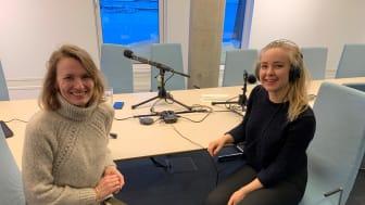 """Aino Olaisen (til venstre) og Janicke Echoff starter opp podcasten """"Hekta på havbruk"""". Foto: Dag Sørli, Sjømatrådet"""