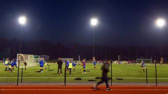 Den nya belysningen på Torvalla IP uppfyller Svenska Fotbollsförbundets krav, med en medelbelysningsstyrka på minst 400 lux på planen.