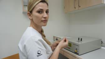 Det är inte säkert att den självupplevda lukten stämmer överens med vad utomstående känner. Med hjälp av tekniken kan Seida Erovic-Ademovski mäta innehållet i gaserna från patientens munhåla.