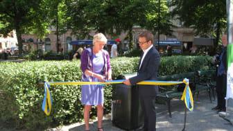 Ulla Hamilton och Christoffer Järkeborn invigde självtömmande papperskorgar vid Mariatorget