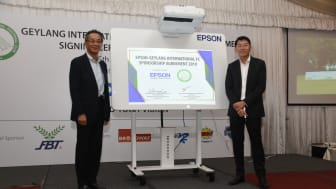 Mr. Toshimitsu Tanaka, Managing Director of Epson Singapore (left) and Mr. Ben Teng, Chairman of Geylang International Football Club (right) sign the renewal of the sponsorship agreement between Epson Singapore and GIFC