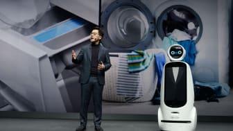 Dr. Park hadde selskap av LG CLOi GuideBot på scenen. Foto: LG Electronics