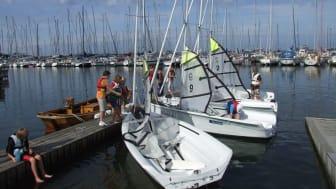 Hamnens sponsorsatsning innebär att 31 unga från utvecklingsområden får uppleva hamn- och seglingslivet. Bild: Gårdstensbostäder AB.