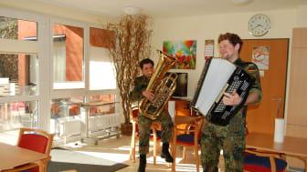 Mirco Jahreis spielt Tuba, Michael Speser Akkordeon.
