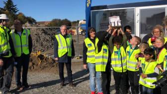 Elever från intilligande Rösegårdsskolan grävde fram en chokladskatt vid första spadtaget för BoKlok Diamenten på Bäckby i Västerås.