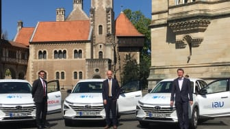 Julien Mounier (Veolia) Erster Stadtrat Christian Geiger und Abteilungsleiter Ralf Wascheck (IAV) präsentieren die neuen Fahrzeuge