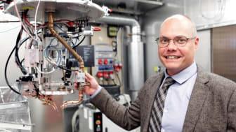 Fredrik Sikström är en av Högskolan Västs forskare som undersöker var och hur AI-teknologin kan göra bäst nytta inom verkstadsindustrin.  Foto: Andreas Borg, Högskolan Väst