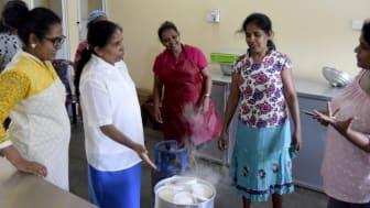 Chandani förevisar den nya ångkokaren för de blivande entreprenörerna