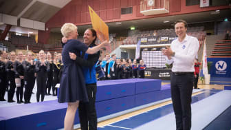 Alexandra Nyström uppvaktas av Anna Iwarsson, ordförande Gymnastikförbundet och Johan Fyrberg Gymnastikförbundet.
