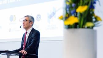 Högskolan i Halmstads rektor Stephen Hwang talar på den internationella forskningskonferensen som genomfördes i samband med lag-VM i bordtennis 2018.  Foto: Joachim Brink/Högskolan i Halmstad