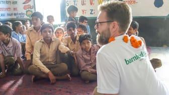 Thomas Rebermark på skolbesök i Gogunda, Indien.