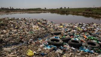 Sopor och avloppsvatten nära där Rahma* bor i Baquba, Irak