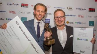 """Apotek 1 vant """"Årets butikkjede 2017"""" på Kjøpesenterkonferansen. På bildet:  Anders Vik på vegne av Apotek 1 (til høyre) og jurymedlem Morten Mørken."""