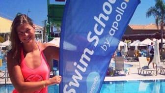 Lotte Friis underviser svømmebørn på Rhodos
