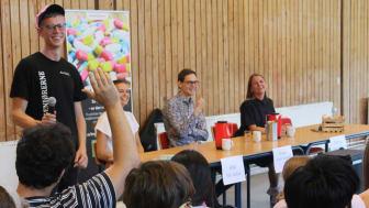 400 ingeniørstuderende til debat på Aarhus Universitet om fremtidens muligheder som ingeniør. Der var stor spørgelyst og interesse blandt de studerende. I midten Jesper Houbak Klitgaard fra Krüger.