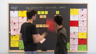 Designstudenterna Shuai Li och Tillmann Schrempf i arbete med designen av tangentbordet Logi ULTRA. Foto: Shuai Li