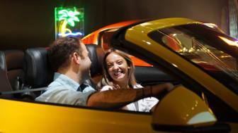 Ford och Tinder anordnar blinddejter placerade i ikoniska sportbilen Mustang.