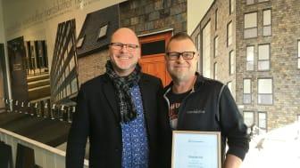 Kjell Karlsson från Fraktkompaniet delar ut diplom till logistikansvarige Magnus Nilsson på Nordskiffer.