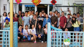 In Qingdao: Gruppenbild mit den HdWM-Studenten Timo Grünzinger und Pascal Blaumeiser.