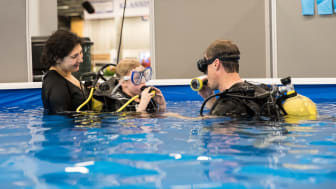 I år kunde Båtmässans besökare bland annat prova på att dyka med tuber.