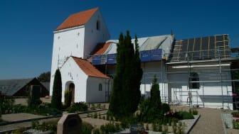 Gadbjerg Kirke renoveres med røde håndbearbejdede Dantegl vingetagsten.