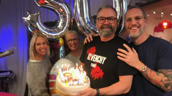 Adam Alsing firas på 50-årsdagen av Vakna med NRJ.