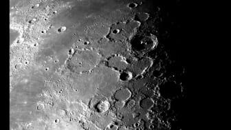 I en stor krater på månen hittades bevis för att mineral bildats i jättelika meteoritnedslag.