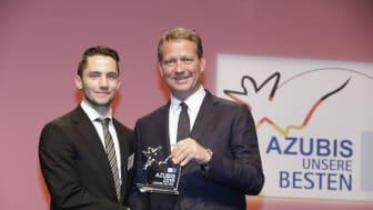 Der Barmenia Azubi Tim Ediger wird von Eric Schweitzer, DIHK-Präsident als Bundesbester seines Berufsbildes ausgezeichnet. Foto: DIHK / Jens Schicke