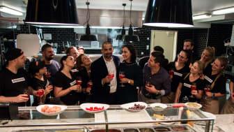 Matthias Seliger feiert mit seiner Frau Anna und seinem Team das 10. Jubiläum der L'Osteria Neumarkt - das erste Franchise-Restaurant der italienischen Markengastronomie.