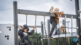 Roliga attraktioner som hinderbana, parkourställning och klätterställning finns nu på Löa skola tack vare bidrag från Bergslagens Sparbanks ägarstiftelse.