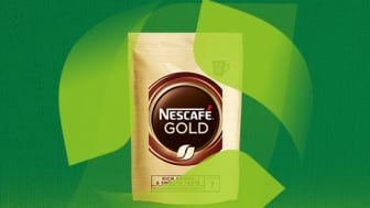 Nescafé kommer nu med Nescafé Gold i en refill softpack-emballage af monomateriale – dvs. helt igennem lavet af kun én type plastik. Materialet er derfor nu designet til genanvendelse, fordi det kan affaldssorteres som plastik.