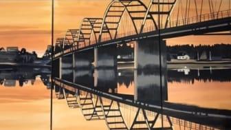 Den trygga länken, Bergnäsbron: Lugnet råder i staden innan natten blir dag, Bergnäsbron sträcker sig  likt en utsträckt arm över vattenytans glans, som en länk mellan  norr och söder. Konstnär Annica V Waara.