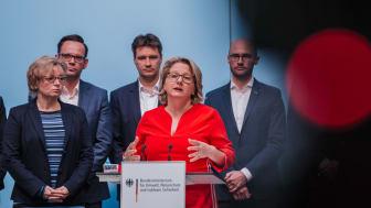 Bundesumweltministerin Svenja Schulze traf sich u.a. mit Vertretern großer Handelsunternehmen zum Dialog zur Vermeidung überflüssiger Verpackungen  ©BMU/Sascha Hilgers