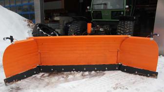 Der U-Schneepflug ist für Winterdienste und Lohnunternehmer entwickelt worden, die auf Großflächen jeglicher Art Schnee räumen.