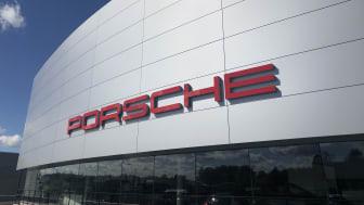 Porsche Center Danderyd värms upp helt med golvvärme.