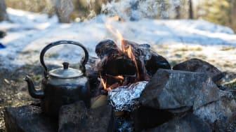 BÅLMAT: Bakt potet smaker fantastisk rundt bålet. Foto: John Hobberstad