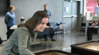 Runa Kristine Fiske, leder i  Studentparlamentet ved UiO, var med å markere den offisielle åpningen av Union Blindern med shuffleboard.