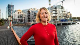 – Strakstiltakene gir oss konkrete, tydelige mål, sier OSUs administerende direktør Synnøve Lyssand Sandberg, her foran Vannkunsten i Bjørvika. Foto: Katrine Lunke.